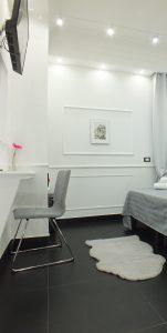 camera rome central inn con sedia e televisione