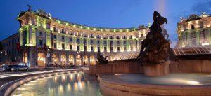 roma, piazza con luci verdi e fontana
