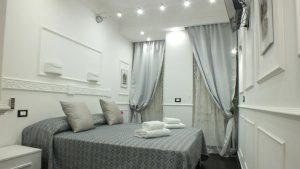 Rome Central Inn camera con asciugamano sul letto