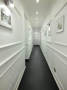 corridoio con pavimento nero e mura bianche
